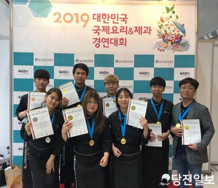 국제요리&제과경연대회에서 금상을 수상한 신성대 박지양 교수와 학생들.jpg