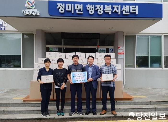 착한식품 한과 기부(사진 중앙 윤영환 대표) (1).jpg
